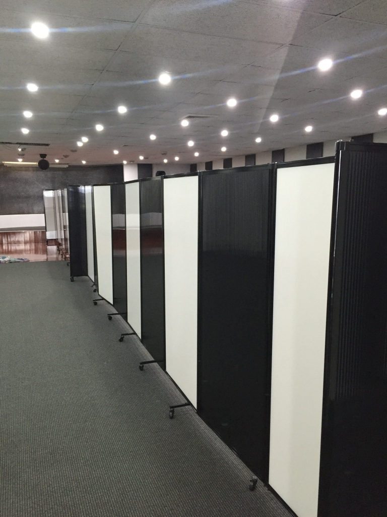 polycarbonate partitions stand - Portable Partitions