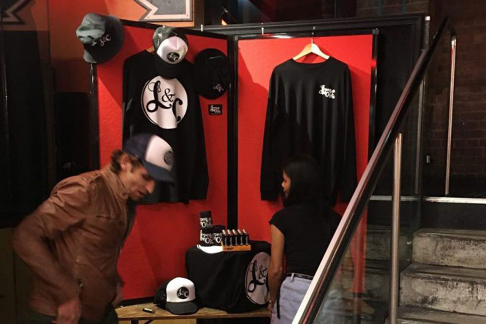 partition wall for cheap and easy pop up shop- portable partition
